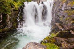 在天堂河的瀑布, Mt 更加多雨 库存图片