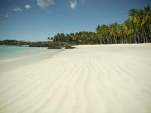 在天堂海岛上的空的白色沙子海滩 图库摄影