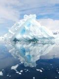 在天堂海湾,南极洲附近的冰山 图库摄影