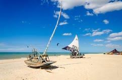 在天堂海滩的停放的jangada小船 库存图片
