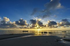 在天堂海滩,塞舌尔群岛10的美好的日出 图库摄影