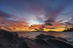 在天堂海滩, anse银来源d的`, la digue, seychelle的日落 库存图片