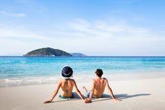 在天堂海滩的愉快的夫妇 库存照片