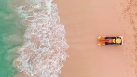在天堂热带海岛、性感的晒黑妇女放松在田园诗夏天背景的在清楚的水中和海滩的海滩假期 股票视频