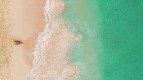 在天堂热带海岛、性感的晒黑妇女放松在田园诗夏天背景的在清楚的水中和海滩的海滩假期 股票录像