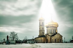 在天堂般的光射线的教会圆顶  库存照片