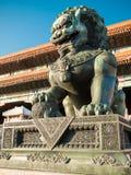 在天安门广场的狮子特写镜头在天堂般的和平附近门对故宫博物院的入口在北京(Gugun) 图库摄影