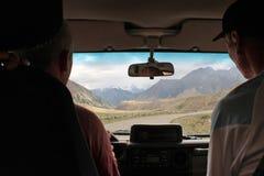 在天山山的路,吉尔吉斯斯坦 免版税图库摄影