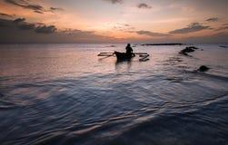 在天工作以后的渔夫回击 免版税图库摄影