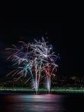 在天庆祝7月14日的烟花在尼斯 免版税库存照片