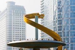 在天府广场喷泉的龙雕塑有摩天大楼的 库存照片