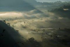 在天断裂期间的有薄雾的谷在Kintamani 免版税库存图片