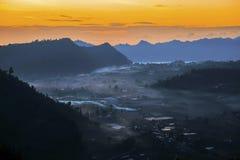 在天断裂期间的有薄雾的谷在Kintamani 库存图片