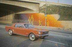 在天桥之下的街道壁画 免版税图库摄影