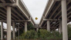 在天桥之间的合并标志 免版税库存图片