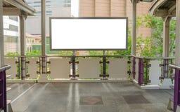 在天桥的大空白的广告牌有城市视图背景 库存照片