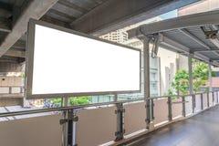 在天桥的大空白的广告牌有城市视图背景 免版税库存照片