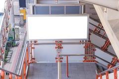 在天桥的大空白的广告牌有城市视图背景 图库摄影