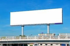 在天桥的大空白的广告牌有城市视图背景 免版税库存图片