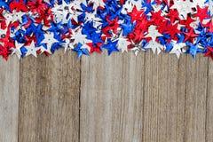 在天气木头背景的美国红色,白色和蓝星 库存图片