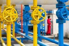 在天然气加工厂,压力安全阀和排气管的阀门用管道输送 库存照片