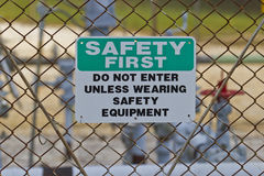 在天然气生产站点的安全第一标志 免版税库存照片