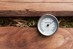 在天然肥料堆的温度计 库存照片