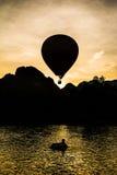 在天的黎明的气球 免版税库存照片