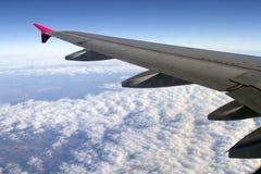 在天空上的飞行 免版税库存照片