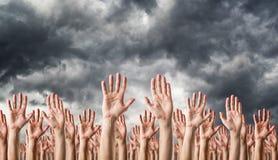 在天空中举的手 免版税库存照片