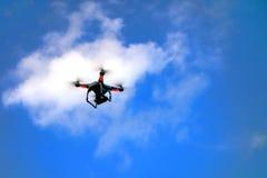 在天空云彩外面的机器人遥远的寄生虫飞行 库存照片