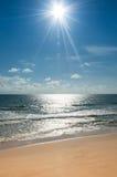 在天空和沙子的太阳飞机 免版税库存照片