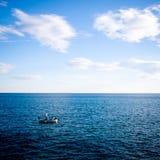 在天空和海之间 免版税库存照片