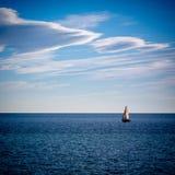 在天空和海之间 库存照片