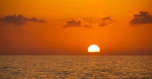 在天空和海背景的美妙的日落 免版税库存照片