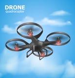 在天空和监视安全的现实遥远的空气寄生虫quadrocopter飞行 Isomertic视图 也corel凹道例证向量 免版税库存图片