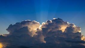 在天空和阳光的时间间隔美好的云彩运动 股票录像