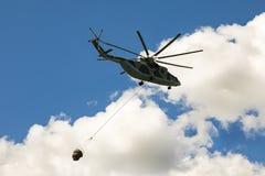 在天空在世界的最在飞行中大和装载举的直升机与外在装载 免版税库存图片