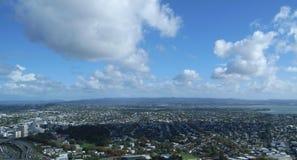 在天空塔,奥克兰,新西兰的城市地平线 免版税图库摄影