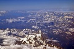 在天空多雪的山的眼睛 免版税库存图片