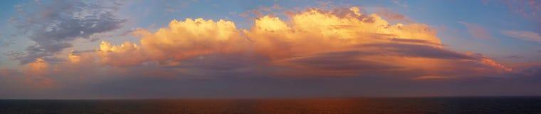 在天空日出的美丽的五颜六色的海洋 免版税库存照片