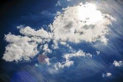 在天空明亮的太阳的云彩 免版税库存照片