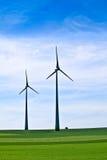 在天空涡轮风的多云农田 免版税库存照片