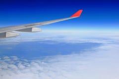 在天空白色的蓝色云彩飞行 免版税库存照片