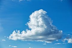 在天空的一朵云彩 特写镜头 免版税库存图片