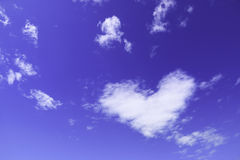 在天空的一朵白色心脏云彩 库存图片