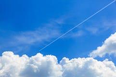 在天空的一架飞机 免版税库存图片