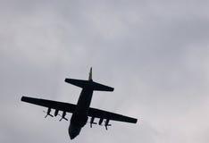 在天空的一次军事飞机飞行 免版税库存图片
