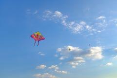在天空的一次风筝飞行 免版税图库摄影