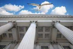 在天空的专栏 免版税库存照片